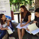 Estudiantes aprendiendo al aire libre