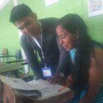 Maestro enseñando a su alumna