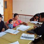 Estudiantes aprendiendo con sus libros