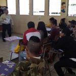 Maestro impartiendo clase a sus estudiantes