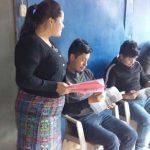 Grupo de estudiantes con sus libros