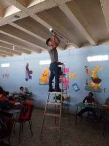 Hombre arreglando aula de estudio
