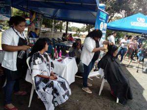 Mujeres aprendiendo corte de cabello
