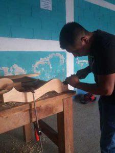 Hombre trabajando con madera