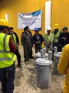 Hombres trabajando con energía eléctrica