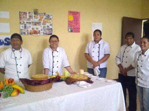 Personas trabajando en cocina profesional