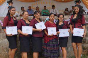 Estudiantes con diploma de finalización de capacitación
