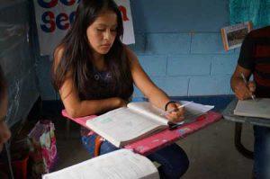 Personas estudiando con sus libros