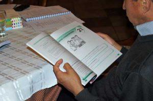 Persona estudiando con su libros