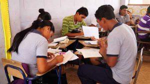 Jóvenes estudiando en aula