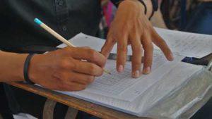 Persona escribiendo en su cuaderno