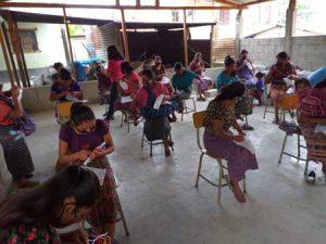 Mujeres estudiando en aula con distanciamiento social