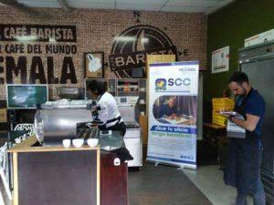 Evaluador certificando a barista