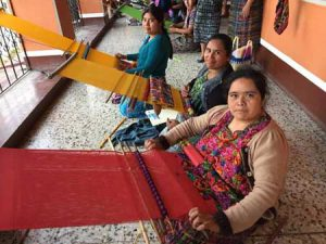 Mujeres trabajando con tejidos