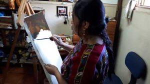 Mujer trabajando con pintura