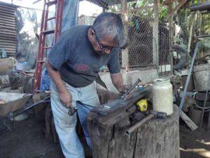 Hombre trabajando metal