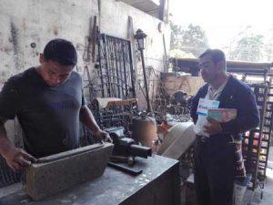 Hombres trabajando metal