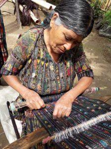 Mujer trabajando con tejidos