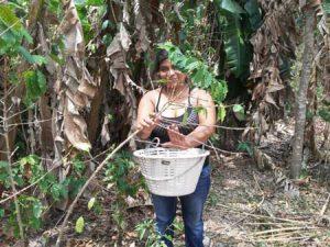 Mujer emprendedora trabajando en el campo