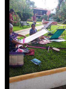 Mujeres emprendedoras trabajando tejidos