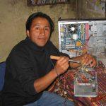 Hombre aprendiendo electrónica