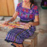 Mujer aprendiendo tejidos