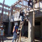 Hombres trabajando en albañilería